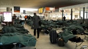 パリ、ロワシー空港で簡易ベッド(23日夜) photo. BBC mobile